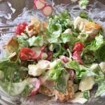 Salată cu crutoane